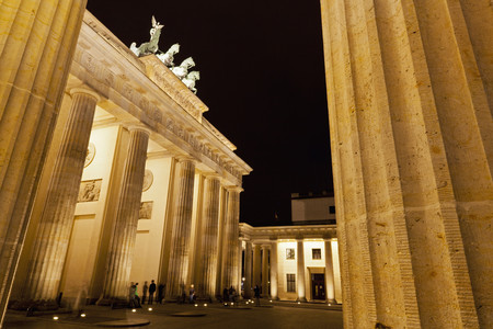 Germany,Berlin,People At Brandenburger Tor LANG_EVOIMAGES