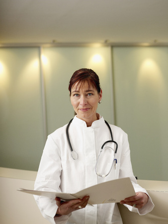 Alemania, hamburgo, doctora, con, registro médico, retrato