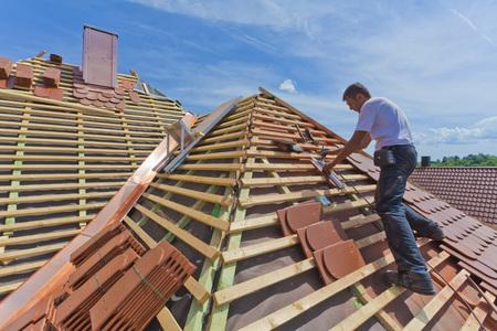 Germany,Baden-Wuerttemberg,Stuttgart,Mid Adult Man Measuring Roof Tile LANG_EVOIMAGES