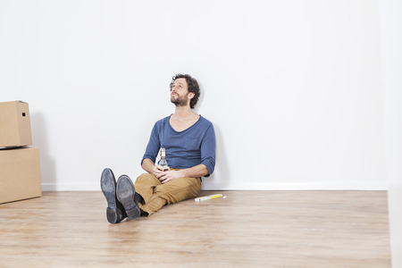 Man Sitting On Floor And Looking Up LANG_EVOIMAGES