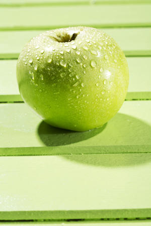 Granny smith on wodden table,close up LANG_EVOIMAGES