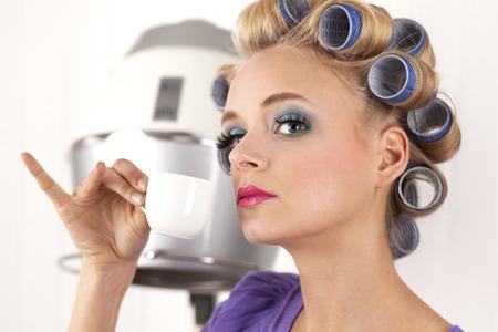 Retrato de mujer joven con espresso LANG_EVOIMAGES