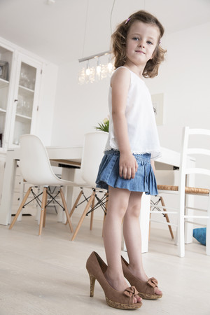 Little girl with the high heels of her mother LANG_EVOIMAGES