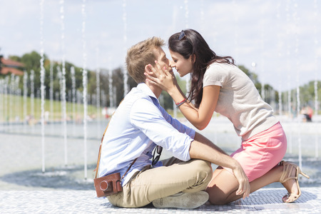 Poland,Warsaw,Young couple at a fountain LANG_EVOIMAGES
