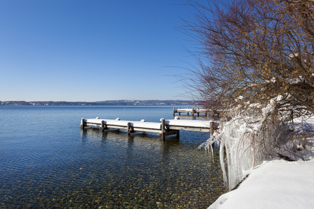 Germany, Bavaria, Starnberg lake, view to snow covered pier LANG_EVOIMAGES