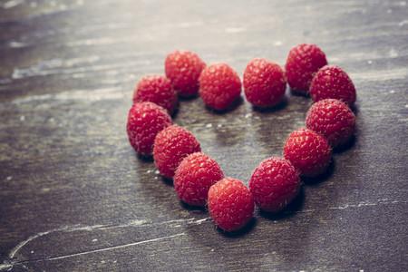 Heart formed of raspberries, studio shot LANG_EVOIMAGES