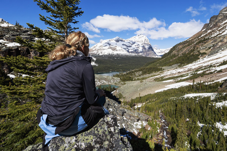 Canada, British Columbia, Yoho Nationalpark, Tourist in mountainscape above Lake OHara LANG_EVOIMAGES