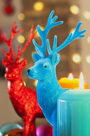 Colourful Advent wreath with candles and toy deers LANG_EVOIMAGES