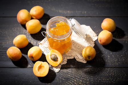 Apricot jam and apricots, Prunus Armeniaca LANG_EVOIMAGES