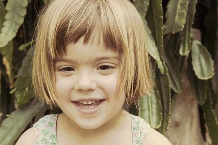 Portrait of smiling little girl LANG_EVOIMAGES