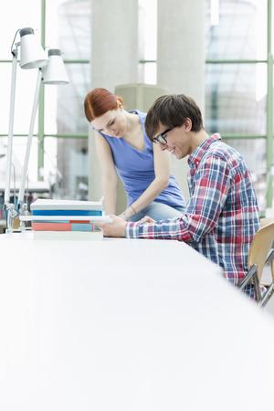 Dos estudiantes aprendiendo en una biblioteca universitaria