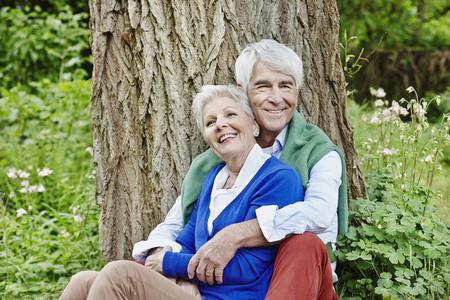 Germany, Hesse, Frankfurt, Senior Couple Enjoying Nature In Park LANG_EVOIMAGES