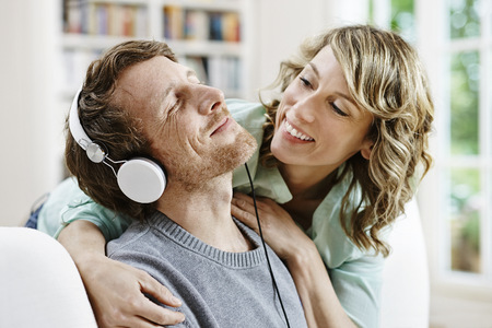 Germany, Hesse, Frankfurt, Adult Couple At Home Listening To Music LANG_EVOIMAGES