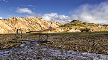 Iceland, Region Kirkjubaerklaustur, Landmanalauger, Highland, river and bridge