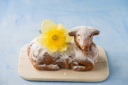Easter lamb and daffodil on chopping board LANG_EVOIMAGES