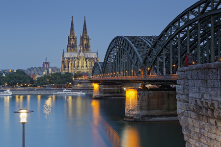 Germany, Cologne, lighted Cologne Cathedral and Hohenzollern Bridge LANG_EVOIMAGES