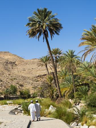 Oman, Sharqiyah, back view of two men on the way to Wadi Bani Khalid LANG_EVOIMAGES