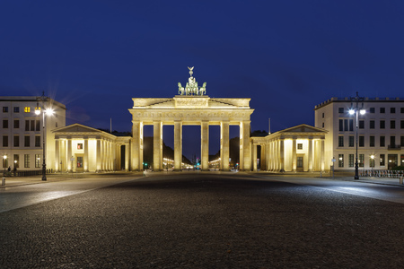 Germany, Berlin, view to lighted Brandenburg Gate by night LANG_EVOIMAGES
