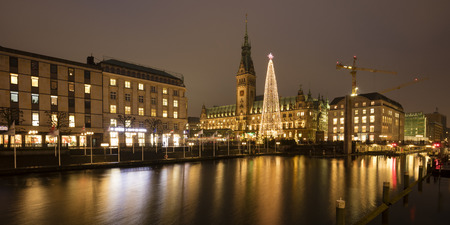 Germany, Hamburg, illuminated Christmas tree and lighted town hall with Binnenalster in the foreground LANG_EVOIMAGES