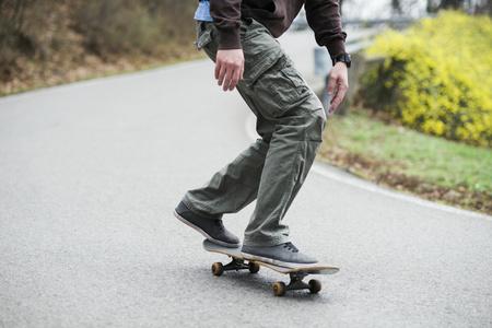 Man skating down the road LANG_EVOIMAGES
