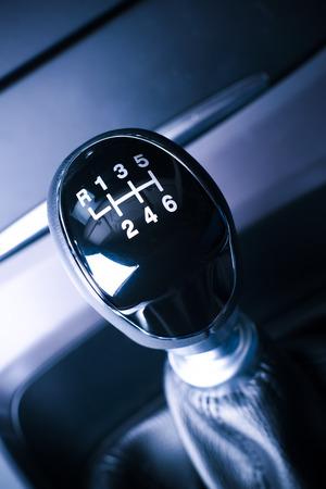 Innenansicht der Auto, Fahrzeug mit sichtbaren Hebel-Schaltgetriebe, mit Metall, Chrom-Elemente