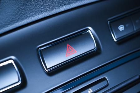 Button eines Fahrzeugs, Auto Warnblinktaste mit sichtbarem roten Dreieck, sichtbares Fragment Bedienfeld sichtbar rotes Dreieck Notfall Symbol