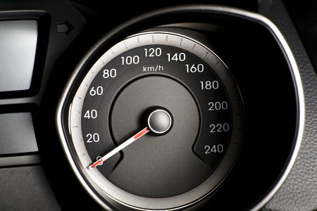 Foto präsentiert Auto s, Fahrzeug-Tachometer oder Drehzahlmesser s mit sichtbarem Informationsanzeige - Zündung Warnleuchte und Bremssystem-Warnleuchte, sichtbare Symbole des Kombiinstruments zehn Check Warnleuchte