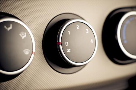Auto, Fahrzeuginnenraum mit sichtbaren Klimasteuerungen, Fragment der Instrumententafel