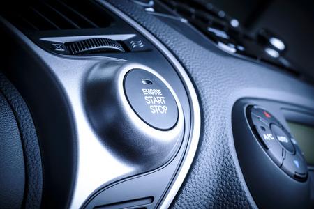 START STOP Zünd-Taste im Auto, Fahrzeug mit sichtbaren Fragment der Instrumententafel in Fahrzeuginnenraum