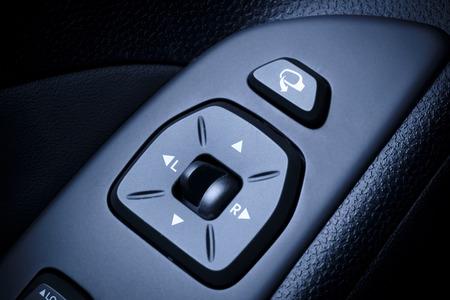 Auto, vehical Interieur mit sichtbaren elektrischen Außenspiegel Schalter und Innen globalen Verriegelungsschalter in der zeitgenössischen, modernen Fahrzeugen