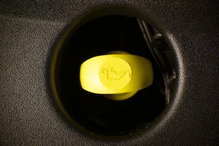 Gelb Motorölmessstab im Auto Fahrzeugmotor, mit sichtbaren gelben Symbol Standard-Bild