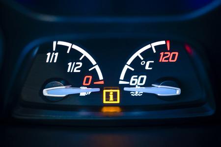 Auto, Fahrzeuginnenraum mit sichtbarem Öl, Gasmesser und Kühlmitteltemperaturanzeige mit beleuchtetem Informationen Warnleuchte sichtbar Standard-Bild