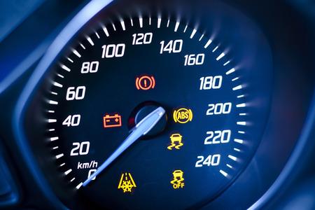 Foto presenta coche s, velocímetro del vehículo s o tacómetro con pantalla de información visible - luz de aviso de encendido y la lámpara de advertencia del sistema de frenos, los símbolos visibles del cuadro de instrumentos la luz de aviso de diez cheque, con luces de advertencia iluminadas