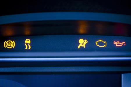 Foto des Fahrzeuginnenraums präsentiert Kombiinstrument mit sichtbar leuchtet rot und gelb Indikatoren der ABS-Warnleuchte, Stabilitätskontrolle ESP Anzeige, Beifahrer Airbag Anzeige, Warnleuchte, Öldruck-Warnlampe Standard-Bild