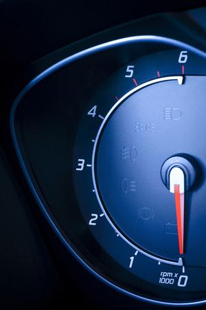 Foto präsentiert Auto s, Fahrzeug-Tachometer oder Drehzahlmesser s mit sichtbarem Informationsanzeige - Zündung Warnleuchte und Bremssystem-Warnleuchte, sichtbare Symbole des Kombiinstruments zehn Check Warnleuchte, Warnleuchten mit Leucht