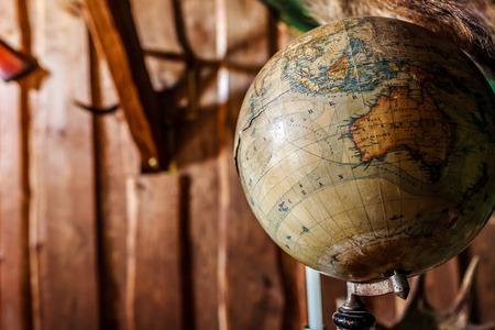 Alt, beschädigt, alt-Stil Globus gegen braune Holzwand, Kopie, Raum
