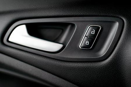 Silber, Chrom Innengriff des Autos mit dunklen Polstermöbeln, sichtbaren Symbole der Lenk öffnen und schließen