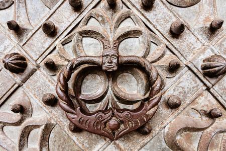 Alter Stil Metall Türklopfer, auf alten Metall verzierte Tor Tür sichtbar