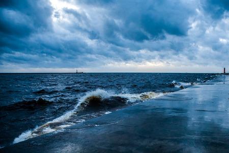 Breakwater und stürmischem Wetter, mit sichtbaren rauen Meer, Wellen, bedrohlich dunklen Himmel