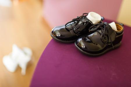 Foto präsentiert eleganten schwarzen Pumps mit sichtbaren Socken, im Hintergrund sichtbar unscharf Frau Standard-Bild