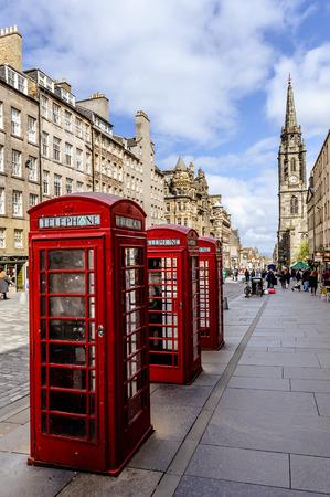 Fragment der alten Stadtzentrum in Edinburgh, der Hauptstadt von Schottland, mit charakteristischen Gebäuden und roten Telephon Kiosk Editorial