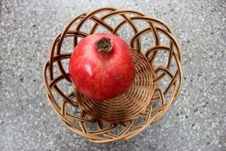 charnu: Grenade, Punica granatum, anar, fruits presque globuleuse avec une couronne � la pointe, les graines charnues sont consomm�s crus, s�ch�s et graines r�duites en poudre comme �pice et condiment
