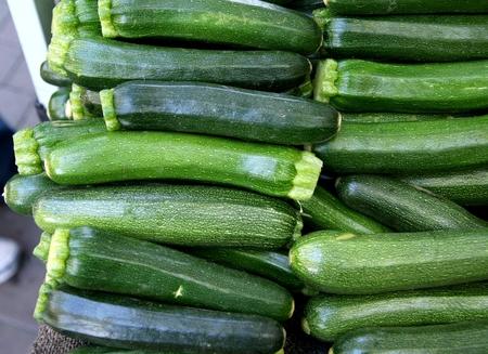 enlarged: Zucchini, cultivar di Cucurbita pepo con frutti allungati verdi con puntini giallo chiaro, gambo angolare allargata, usati come ortaggio, stirfried Archivio Fotografico