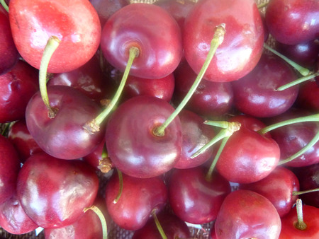 közel: Cherry fruit, Prunus avium, small rosaceous fruit usually less than 2 cm in diam. in umbellate clusters, red to nearly blackish, similar color juicy sweet flesh and small stone. Stock fotó