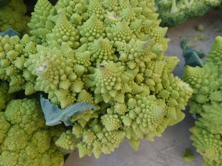 nutrients: Br�coli romanesco, coliflor romanesco, un alimento fractal intermedio entre la coliflor y el br�coli con dise�os auto repetici�n de peque�os conos, adem�s de una novedad rica en nutrientes y sabor delicado