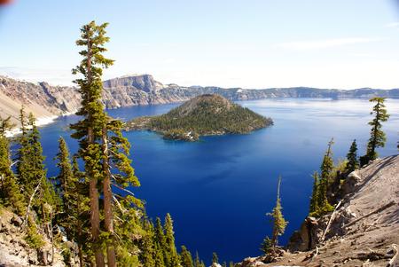collapse: El lago del cráter, el Parque Nacional Crater Lake, lago de la caldera en los estados occidentales Unidas en el estado de Oregón, formado hace unos 7.700 años por el colapso del volcán Monte Mazama. Foto de archivo