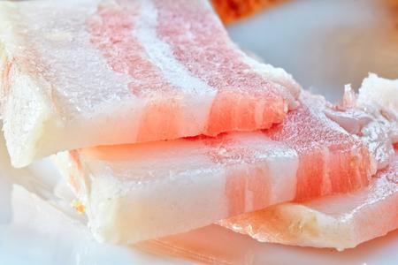 やさしい塩辛い白いラードが肉をまとった。 写真素材