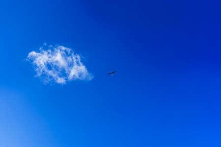 Silhouette aircraft model in clear blue sky. Standard-Bild
