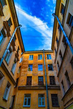 Courtyard-well. Bottom view upwards. Saint Petersburg, Russia. Standard-Bild