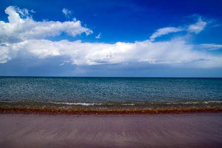 Surf line, sea beach, blue sky Standard-Bild